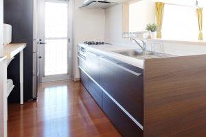 3.北欧風のシステムキッチンにするには木質感が出た物を採用しよう!